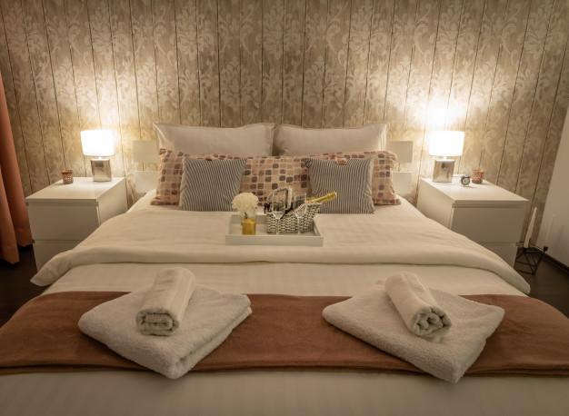 interieur-maison-vintage-cadre-chambre-y-compris-table-chevet-lampe-jeu-couleurs-gris-literie-style-satine_48514-101